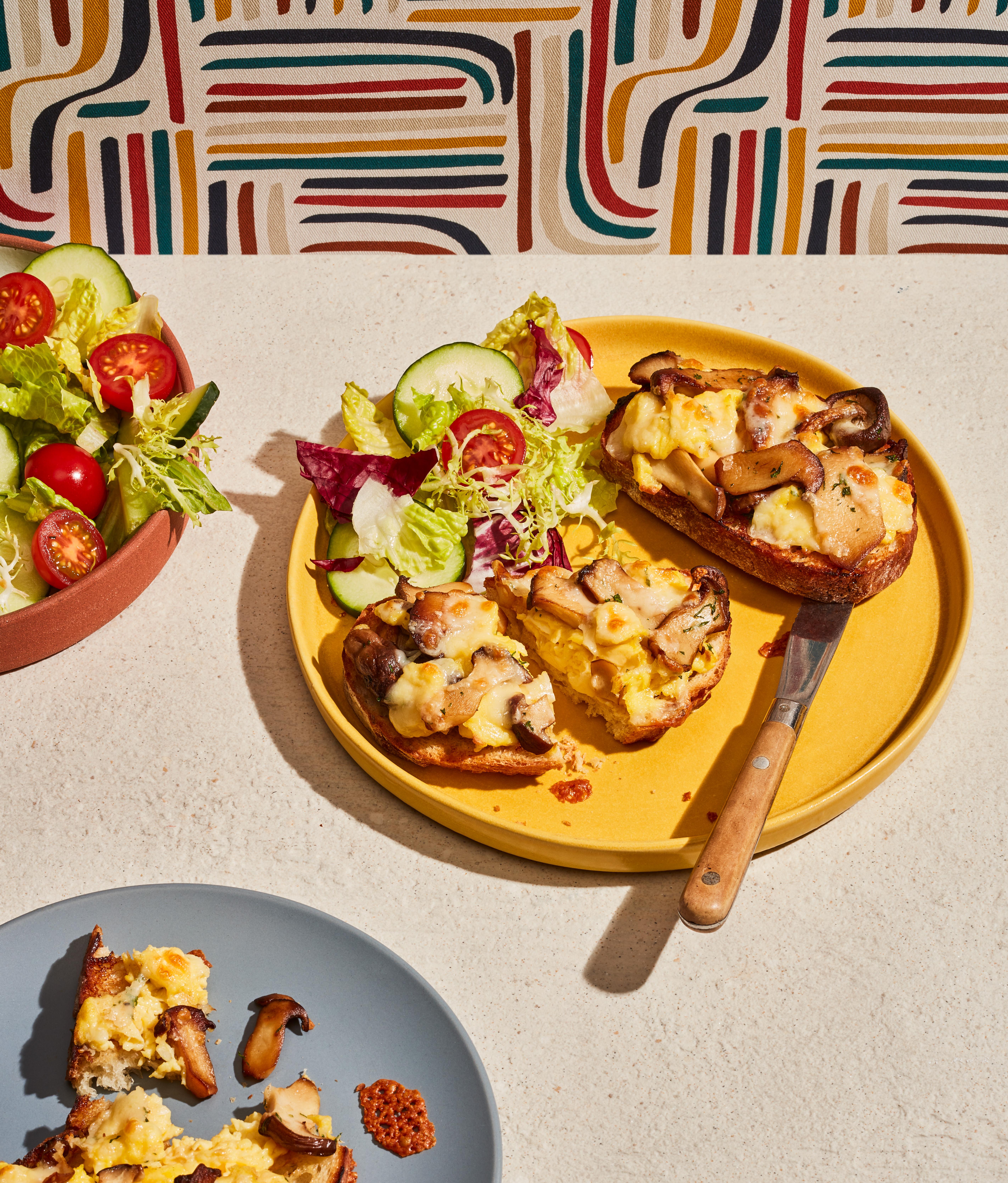 Tartines gratinées aux œufs brouillés et champignons