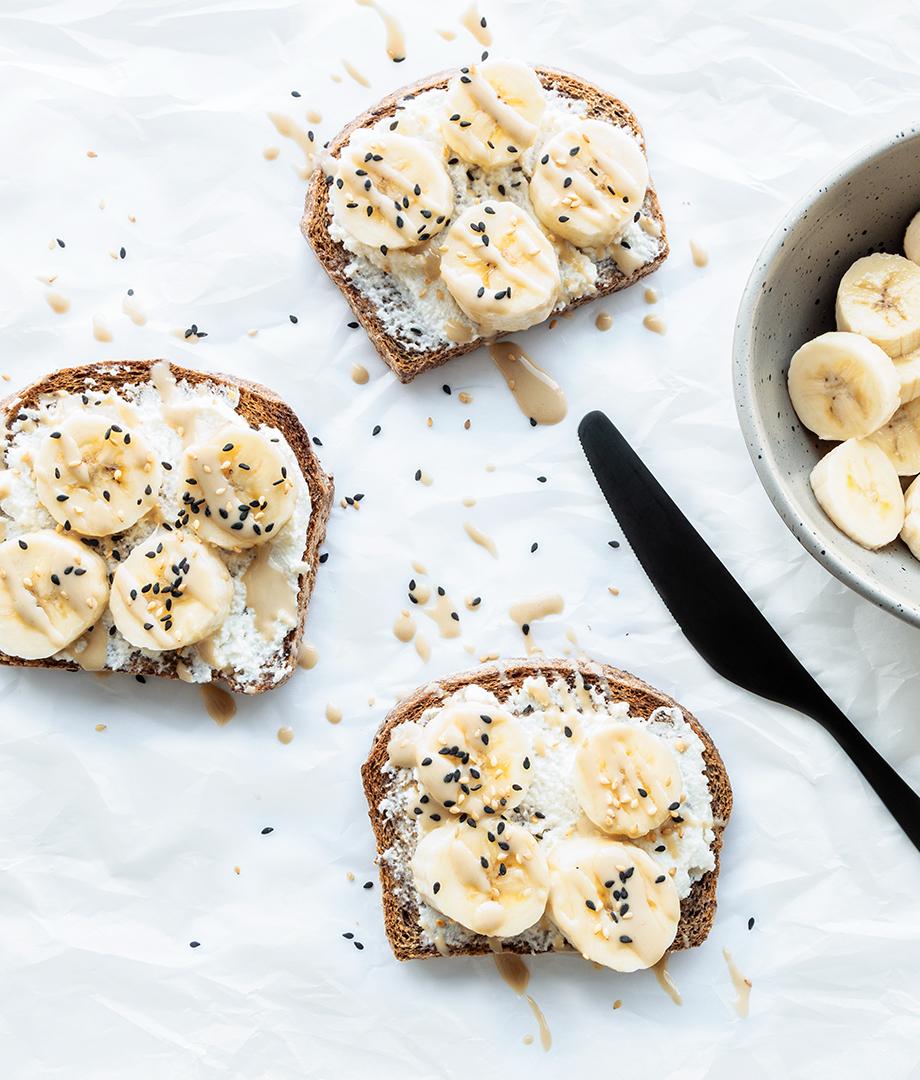 Tartines ricotta, bananes et tahini