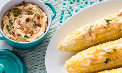 Maïs garni de beurre au bacon et aux épices