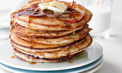 Pancakes renversés aux pommes caramélisées à la cassonade et au beurre