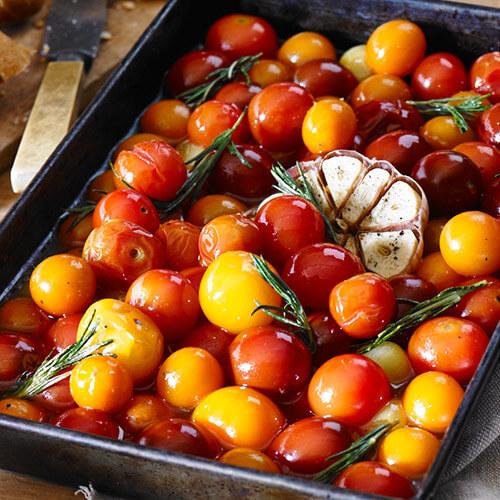 Tomates cerises confites au beurre, à l'ail rôti et au romarin
