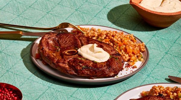 Agneau grillé au poivre rose et crème au romarin