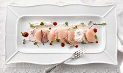 Céviché de pétoncles au radis, crème sure au gingembre mariné