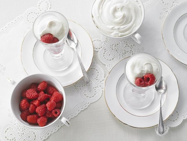 Chantilly au chocolat blanc, salade de framboises à la vanille et à la fleur d'oranger