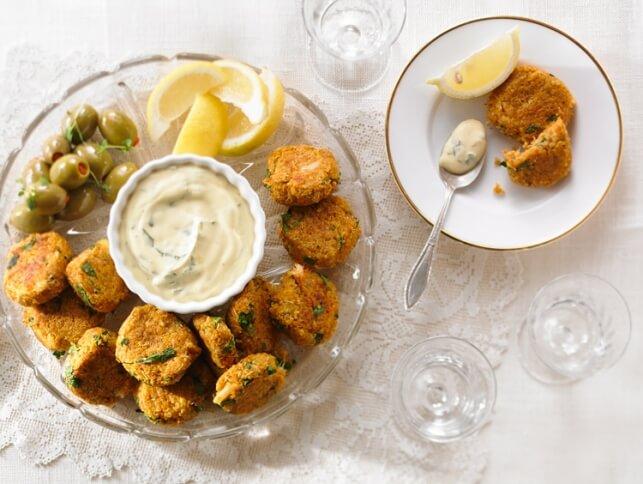 Croquettes de crabe au quinoa et aux patates douces, trempette à la crème sure et à l'orange