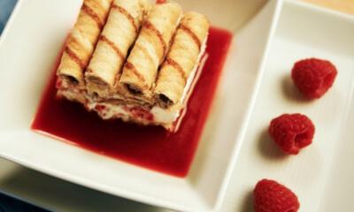 Dessert glacé à la crème fouettée et aux fruits