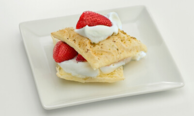 Feuilletés aux fraises et à la crème Chantilly