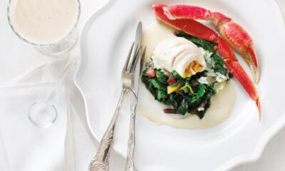Filets de bar « petit bateau », crémeuse de bettes orangées, pattes de crabe d'Alaska, beurre blanc vanille-limette