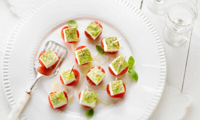 Panna cotta salée au pesto sur tomates cerises