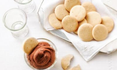 Petits sablés au beurre et crème fouettée au chocolat