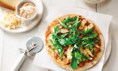 Pizza au poulet grillé, tomates séchées et roquette