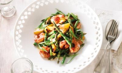 Salade d'asperges et de crevettes grillées à la crème d'estragon