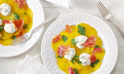 Salade de betteraves jaunes aux câpres et au prosciutto croustillant