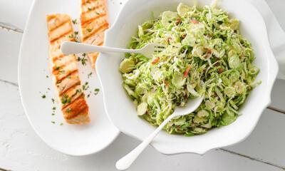 Salade de choux de Bruxelles, vinaigrette chaude à la crème et au bacon