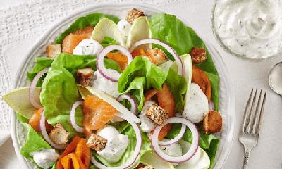 Salade de laitue et saumon fumé, vinaigrette fouettée à l'aneth et au citron