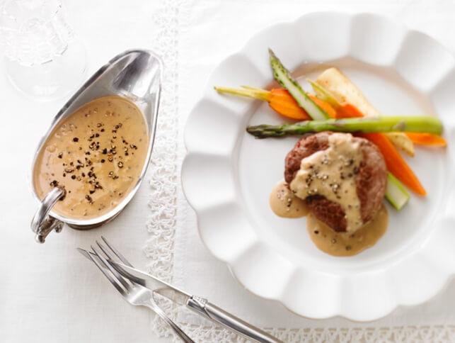 Sauce au poivre onctueuse sur steak de bœuf grillé