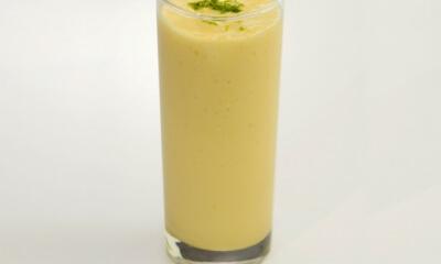 Smoothie à la mangue, au thé vert et à la lime