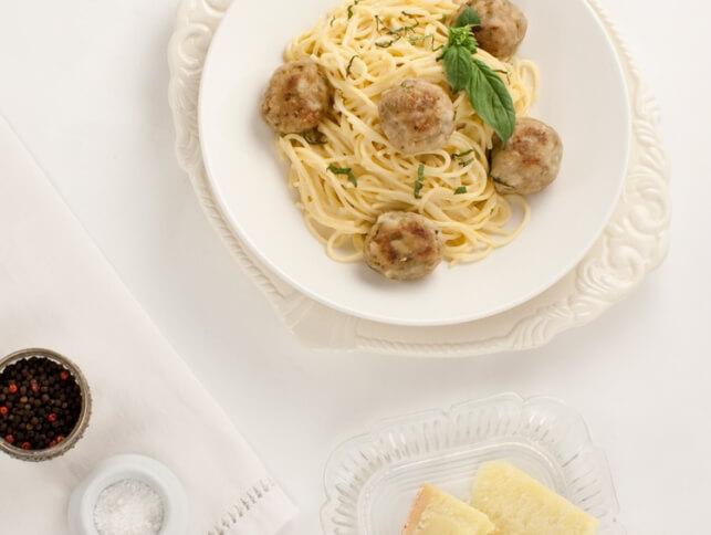 Spaghettonis aux boulettes de poulet au pesto