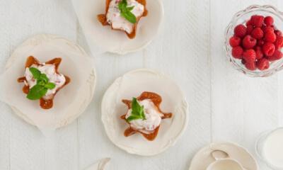Tuiles à la crème aux framboises et canneberges