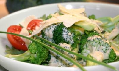 Vinaigrette crémeuse sur salade de brocoli