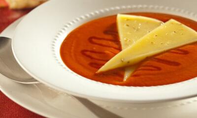 Crème de tomate garnie de fromage Le Coureur des bois fondant et de miel