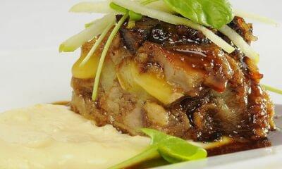 Cube d'effiloché de porc braisé à la bière et aux pommes, aligot au fromage Le D'Iberville et jus de cuisson à l'érable