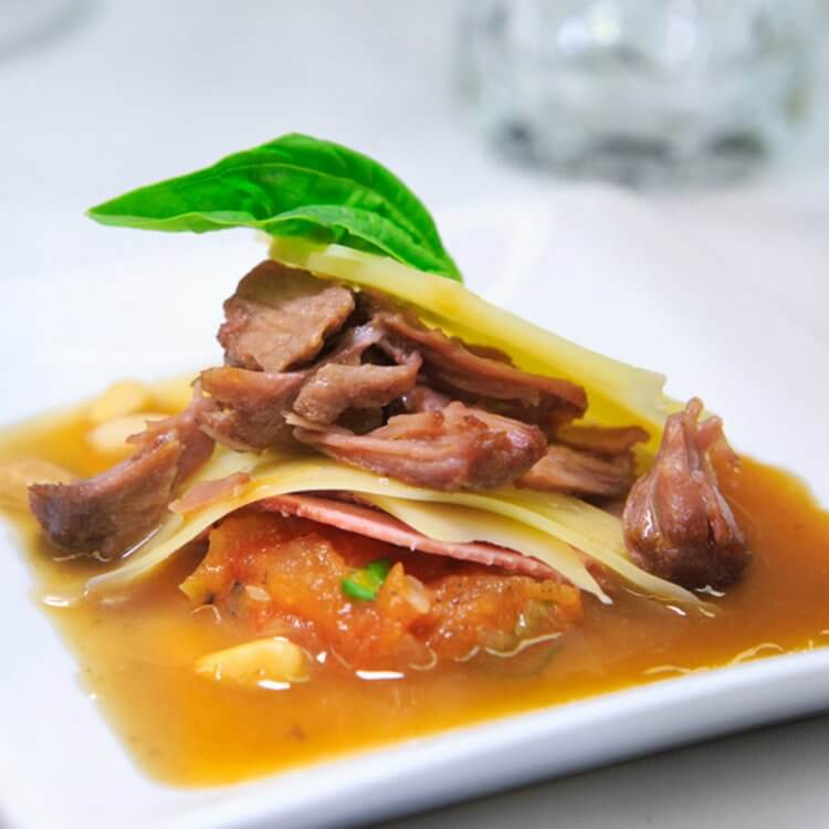 Effiloché de veau et langue braisée, fromage Le Canotier de l'Isle, compote à la tomate grillée, basilic