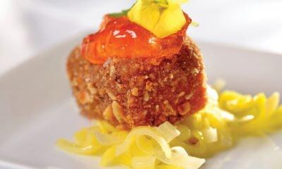 Fondue au fromage Le Champaître en croûte de noix sur tombée de poireaux au miel et gelée de poivrons rouges