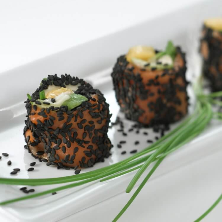Gourmandises de saumon fumé au brie d'ici et à la mangue