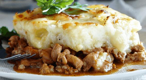 Hachis de poulet, purée au fromage et garniture d'herbes