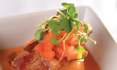 « BLTF », velouté crémeux de tomates aromatisé au fromage Le Cabouronsa de tomates épicées, pousses de roquette