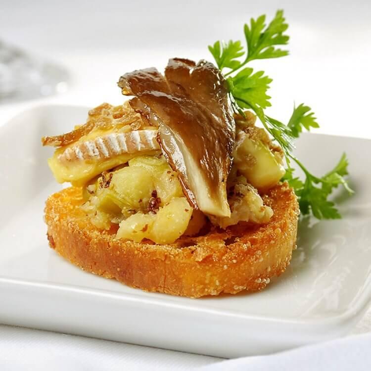 Le Rang des Îles en croûte de marrons sur baguette, garni de pommes confites et de pleurotes fumés