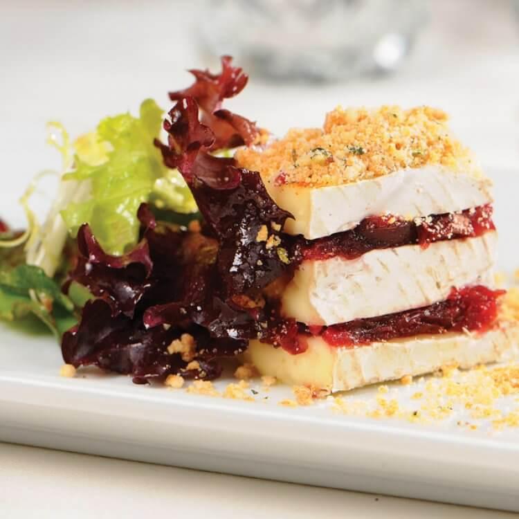 Marbré de Brie Vaudreuil et canneberges séchées, crumble au thym, salade à l'érable