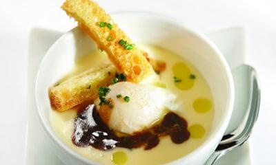 Œuf de caille poché au Brie Chevalier, jus de veau à la ciboulette et mouillette de pain brioché à l'huile de truffe