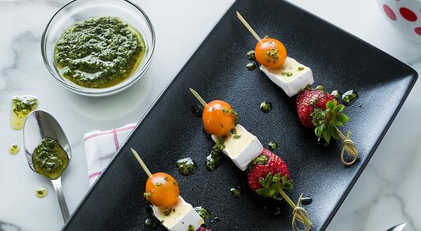 Bouchées de fraises, tomates et fromage