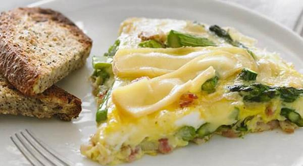 Omelette aux asperges, bacon et fromage