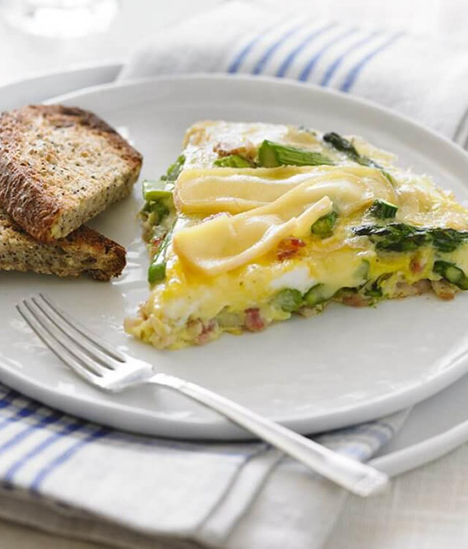 Omelette aux asperges, bacon et fromage