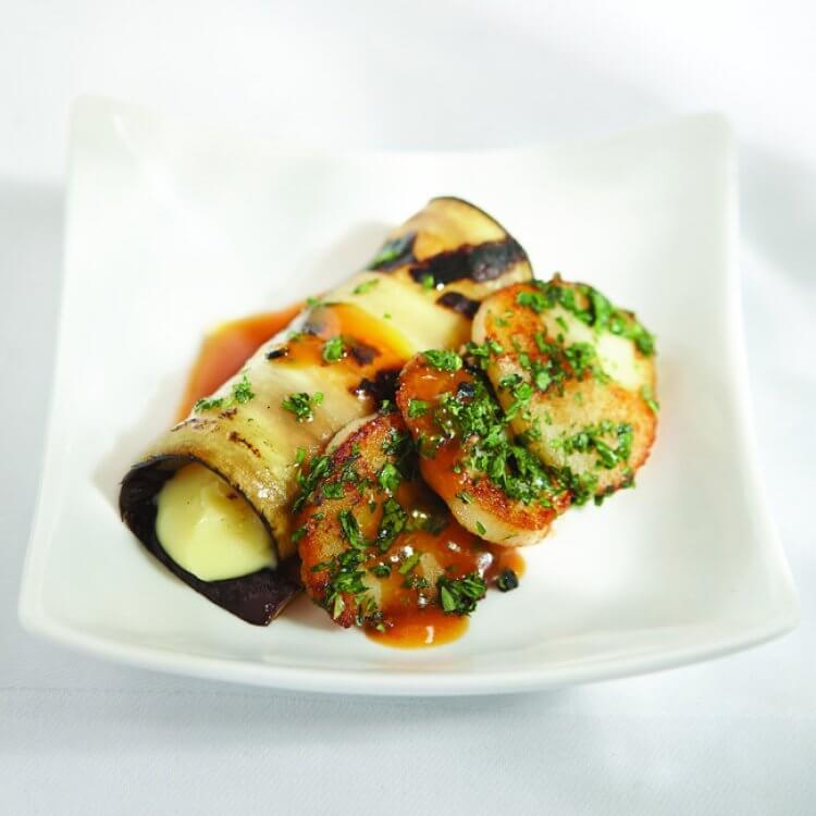 Pétoncle rôti et sa croûte d'herbes, aubergine farcie au Le Fleurmier de Charlevoix et échalotes caramélisées, jus de veau