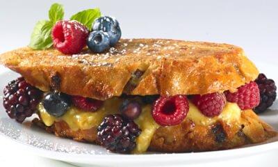 Pain perdu au fromage Le Riopelle de l'Isle et aux petits fruits