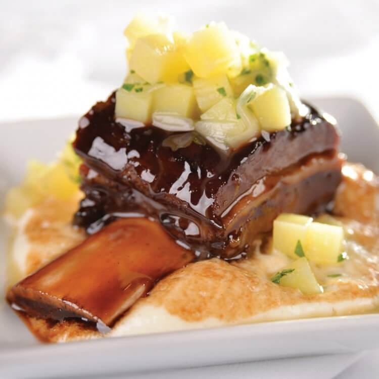 Bouts de côtes de bison braisés, crème à L'Hercule de Charlevoix, étuvé de poireau et pomme de terre
