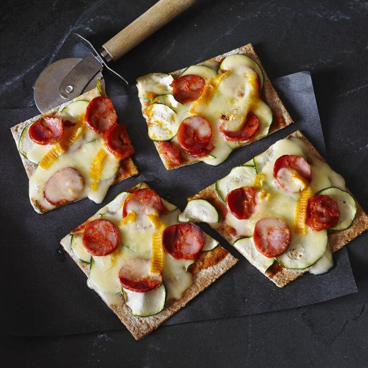 Pizza à la courgette, au chorizo et au Bouton d'Or