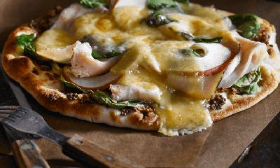 Pizza à la dinde fumée et pommes