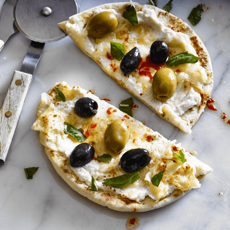 Pizza au Parmed'Or, aux olives et au basilic