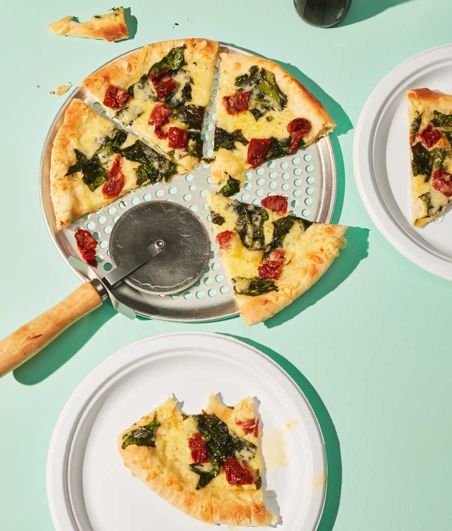 Pizza aux épinards, aux tomates séchées et au fromage