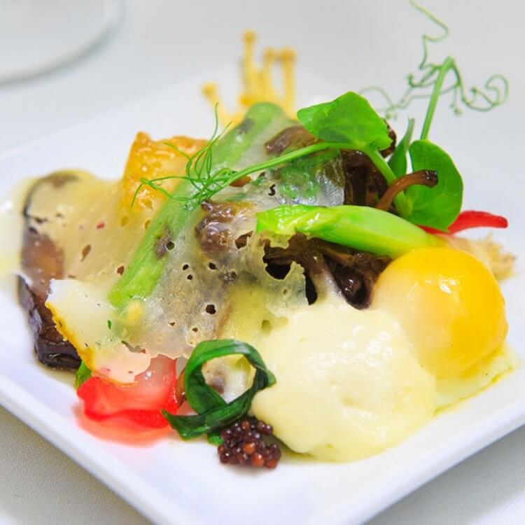 Poêlée de champignons, mousse de fromage Le Monnoir, œuf 63 degrés