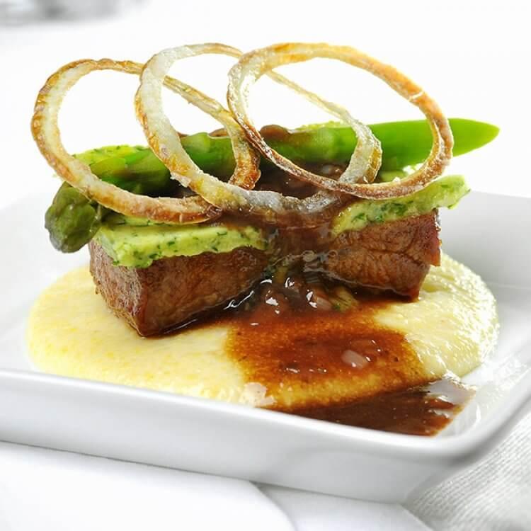 Polenta crémeuse et longe de veau, aromatisées au fromage Le Gré des Champs, avec jus de veau au vin rouge et échalotes frites