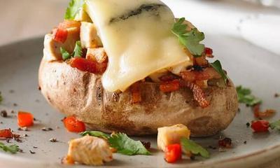Pommes de terre farcies au poulet, aux poivrons grillés et au fromage