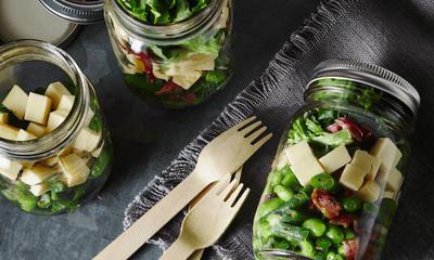 Pot de salade verte printanière et Tomme du fleuve