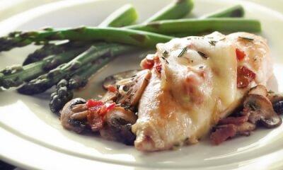 Poulet au bacon et aux champignons gratiné au Fou du Roy
