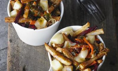 Poutine aux légumes-racines et sauce dijonnaise